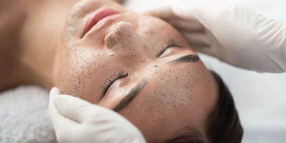 Chemický či hollywoodsky peeling, LED terapia alebo mikroihličková rádiofrekvencia tváre/Topoľčany
