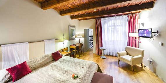 Pešo na hrad a Karlov most z romantického hotela The Golden Wheel v centre Prahy/Česko - Praha 1