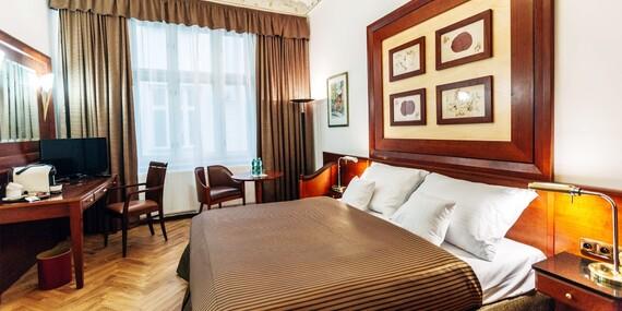 Lázeňské město Karlovy Vary jako na dlani z nového La Bohemia Hotel naproti Vřídelní kolonádě s ubytováním v designovým pokojích a snídaní / .