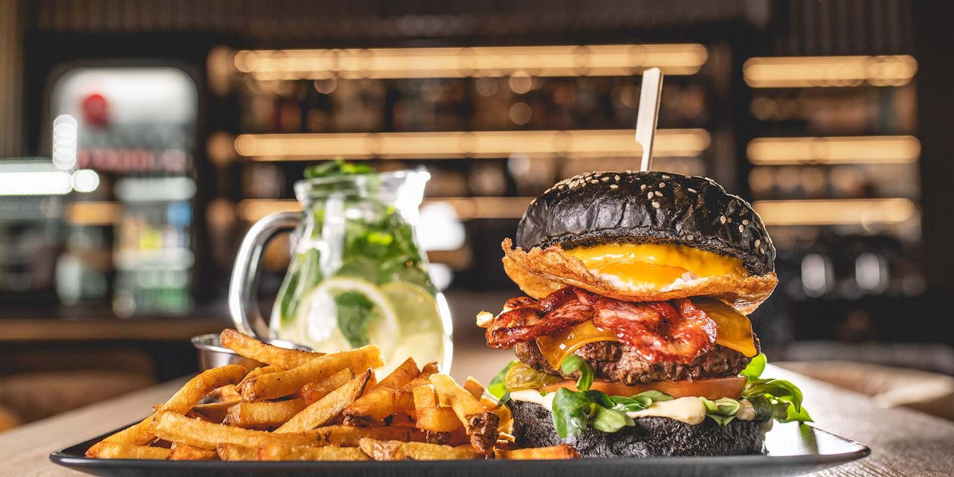 Black burger s domácimi hranolkami a limonádou v petržalskom Konn Coffee & Food Bar
