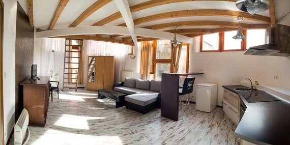 Hotel Petr *** přímo na kolonádě Karlových Varů pro dva se snídaní či polopenzí, vstupem do bazénu nebo vínem / Karlovy Vary
