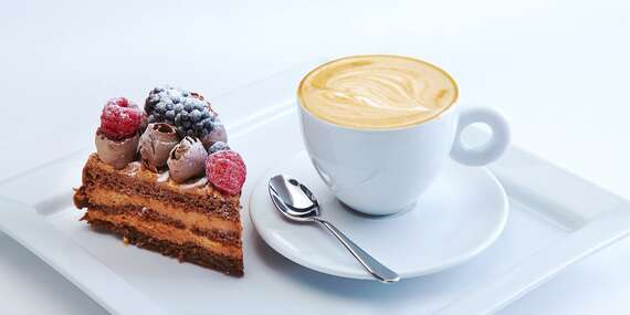 Příjemné posezení u lahodné kávy a chutného raw dortu dle výběru pro 2 osoby v MyRaw Café na Praze 1 / Praha, Brno