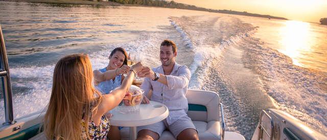 Sleva 50% na pobyt - Plavba na párty lodi po Vltavě až pro 9 osob na 1, 2 nebo 3 hodiny se zkušeným…