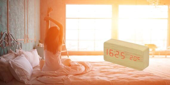Digitálny LED budík v drevenom prevedení/Slovensko