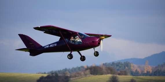 Let v modernom dvojmiestnom športovom lietadle s možnosťou pilotovania/Letisko Krakovany