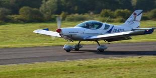 Let športovým lietadlom s možnosťou pilotovania