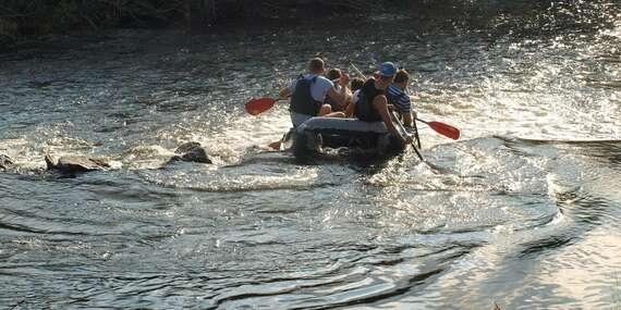 Pokojný splav rieky Váh alebo adrenalínový rafting na na kanáli v Liptovskom Mikuláši / Slovensko