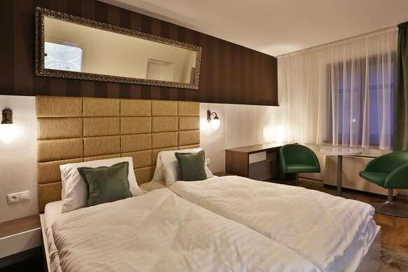 VIP Apartments.  Každý apartmán je klimatizovaný a má odhlučnené okná, dobre vybavenú kuchyňu, TV s plochou obrazovkou, rozklad