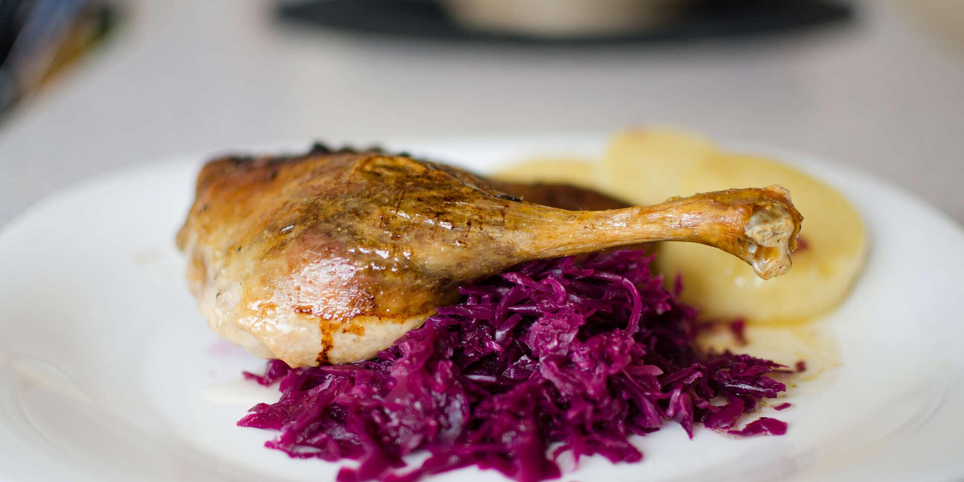 Kačacinka a víno pre 2 osoby v rodinnej reštaurácii Zlatá Lipa II, aj s rozvozom domov
