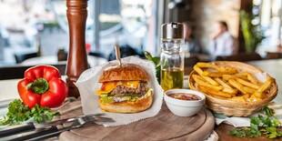 Hovädzí burger s hranolkami