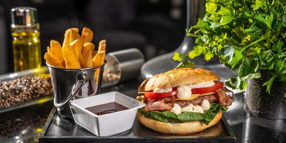 Prasiatko Burger v Grand Mother's Slovak Pub / Bratislava - Staré Mesto
