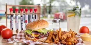 Burger s hranolkami, dresingom a limonádou v Burger Bare