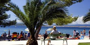 Pláž je len pár krokov od ubytovania v penzióne Mudražija a vile Marija
