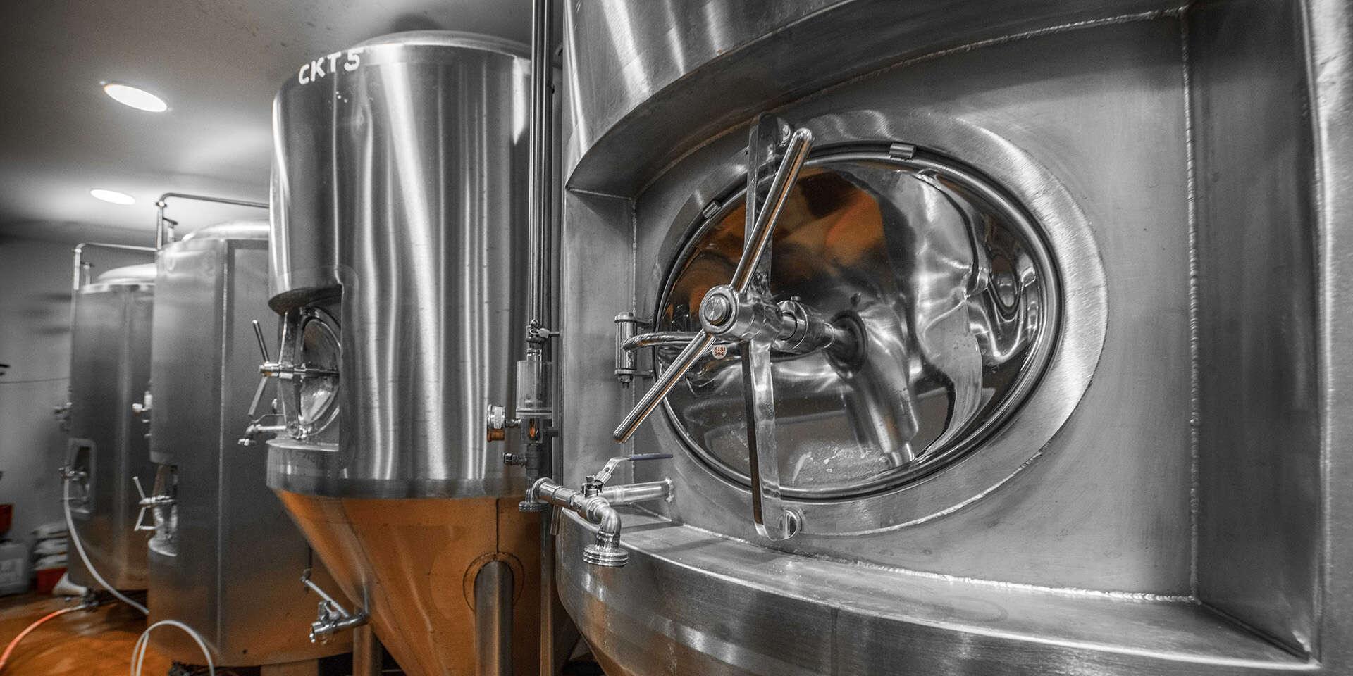 Prehliadka pivovaru WYWAR, grilované rebrá, ležiak a krígeľ na p...