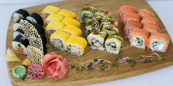 Rainbow sushi set so sebou zo Sushi Bonsai – 16 alebo 32 kúskov / Žilina