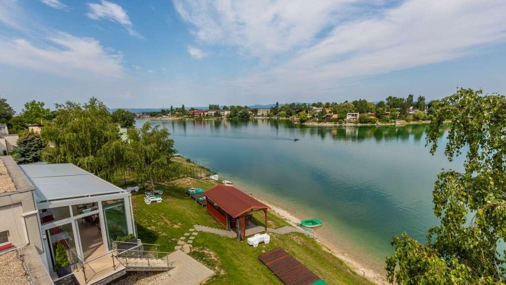 Leto na Slnečných jazerách s neobmedzeným kúpaním, bazénom, paddleboard-om a polpenziou