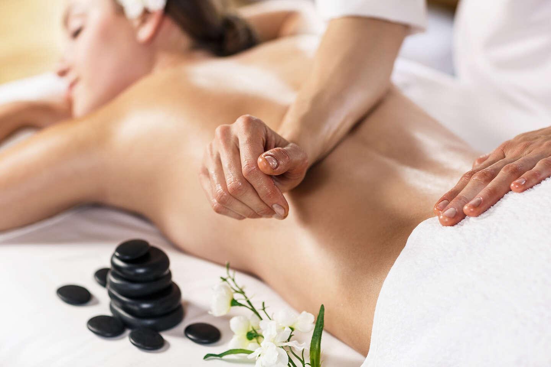 Klasická masáž, zdravotná masáž a bankovanie alebo uvoľňujúca Hawai masáž