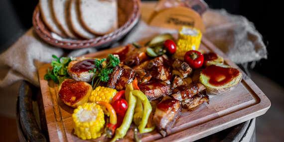 Pomaly pečené rebrá v BBQ marináde s nakladanou zeleninou alebo veľký tanier grilovaných špecialít / Košice - Staré Mesto