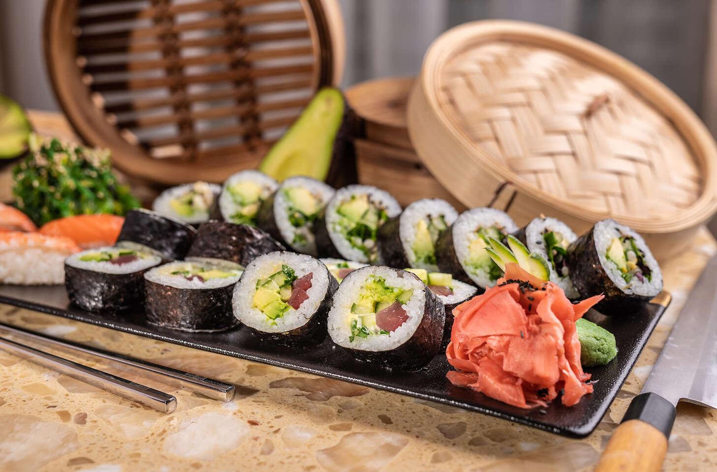 Sushi set alebo losos s batátovým pyré v reštaurácii Hotela Mama...
