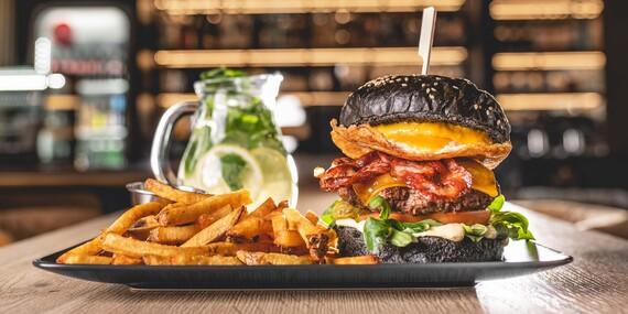 Black burger s domácimi hranolkami a limonádou v petržalskom Konn Coffee & Food Bar / Bratislava - Petržalka