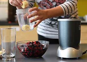 Tento smoothie mixér spraví všetku špinavú prácu za vás. Takmer všetkú :)