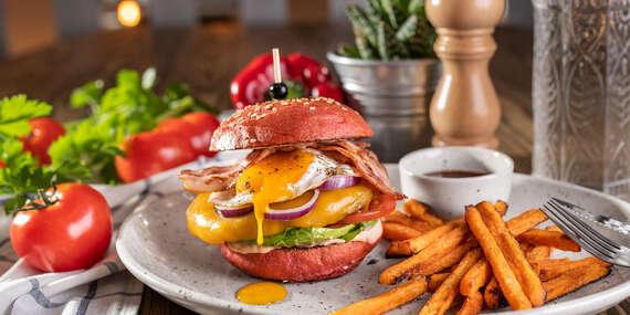 """Red burger s batatovými hranolkami a nápojom so sebou """"take away""""/Bratislava – Staré Mesto"""