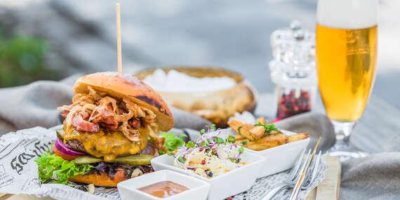 Hovädzí burger Ambassador s domácou Guinness BBQ omáčkou, hranolkami a coleslaw šalátom/Košice - Staré Mesto