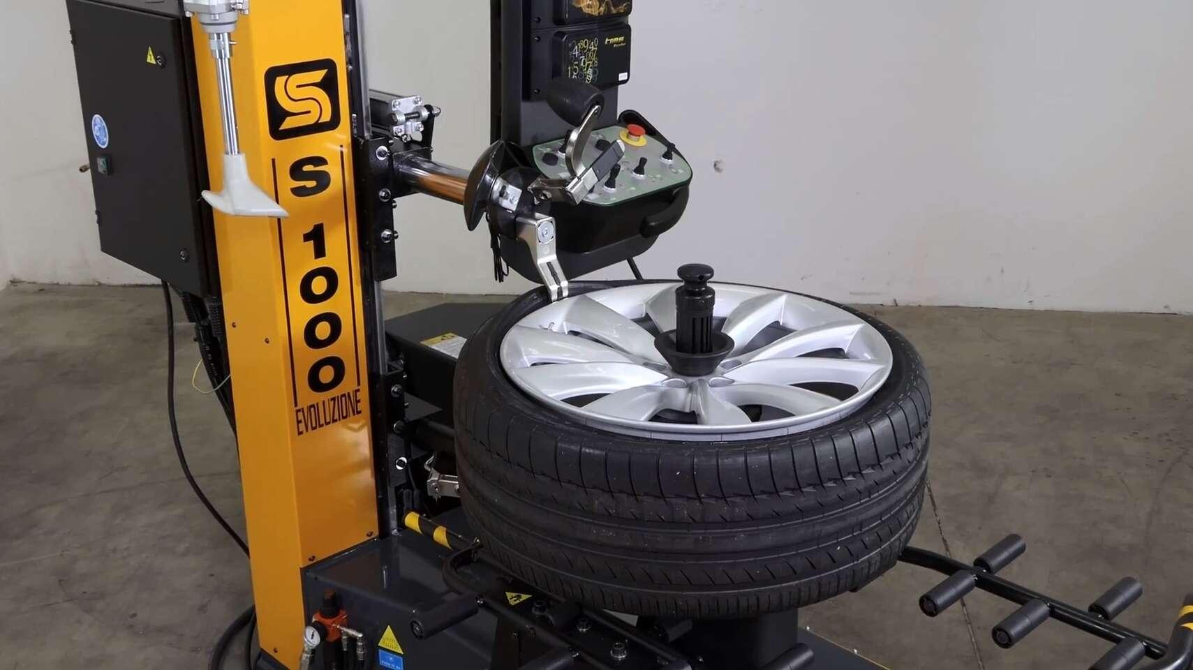 Šetrné prezutie bez rizika poškodenia pneumatiky na novom automate - robotickom stroji S1000 Evoluzione. Pracuje plne samostatne bez ľudského zásahu.