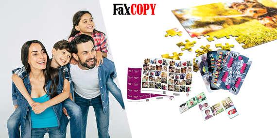 Rodinná zábava pri hraní kariet, pexesa, domina alebo skladanie puzzle s vlastnými fotografiami/Slovensko