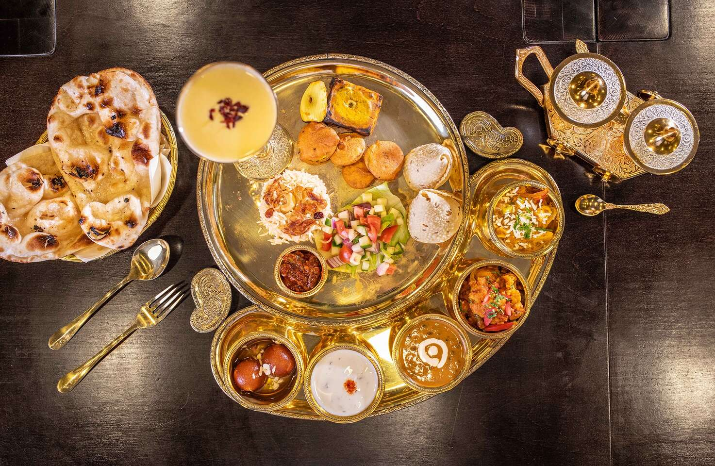 Degustačné Thali menu pre 2 osoby v indickej reštaurácií The Curry - 12 rôznych druhov jedla na zlatom podnose