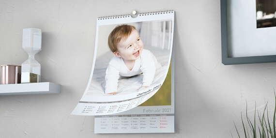 Nástenný kalendár s vlastnými fotografiami so sviatkami a menami alebo bez nich/Slovensko