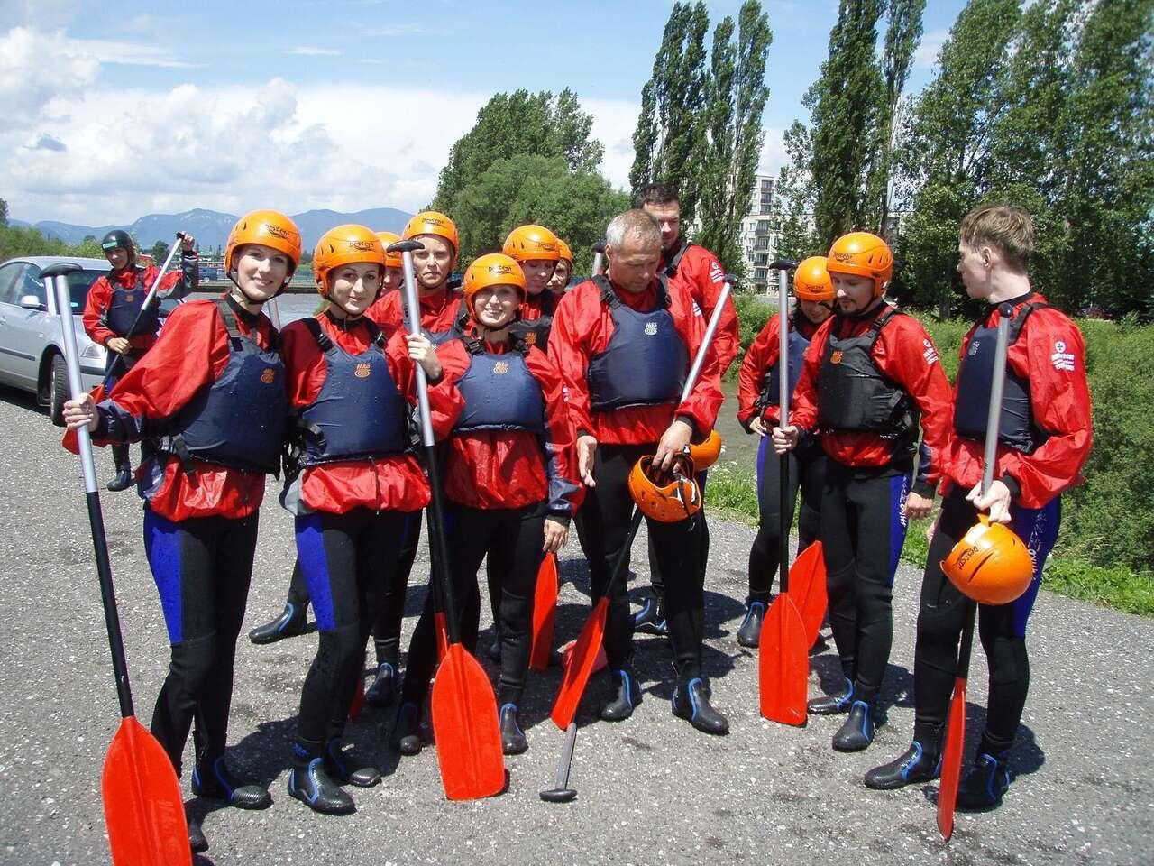 Pokojný splav rieky Váh alebo adrenalínový rafting na na kanáli ...