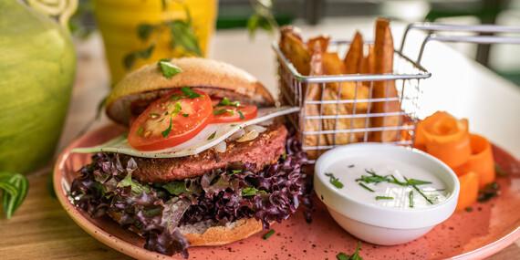 Vegánsky Beyond Burger s dipom a hranolky/Bratislava – Petržalka