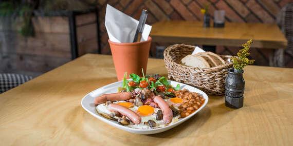 Pravé anglické raňajky s teplým nápojom v centre mesta s výhľadom na Dóm sv. Alžbety / Košice - Staré Mesto