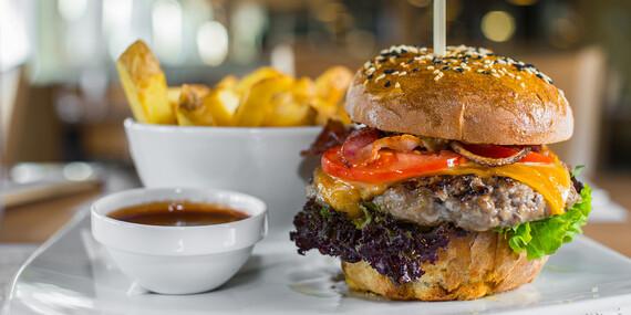 Hovädzí burger v domácej žemli so steakovými hranolkami v bistre na jednotku / Bratislava - Petržalka