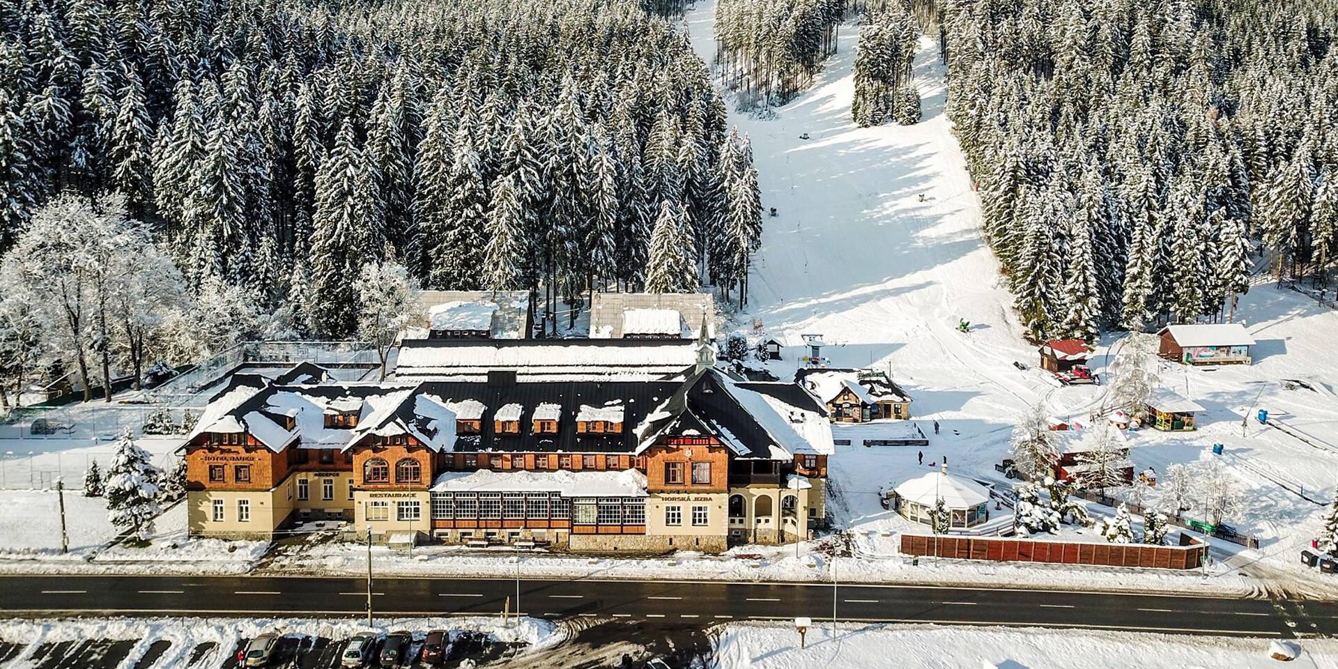 Hotel Bauer*** v Beskydách priamo pri zjazdovke, s polpenziou, wellness a programom pre deti