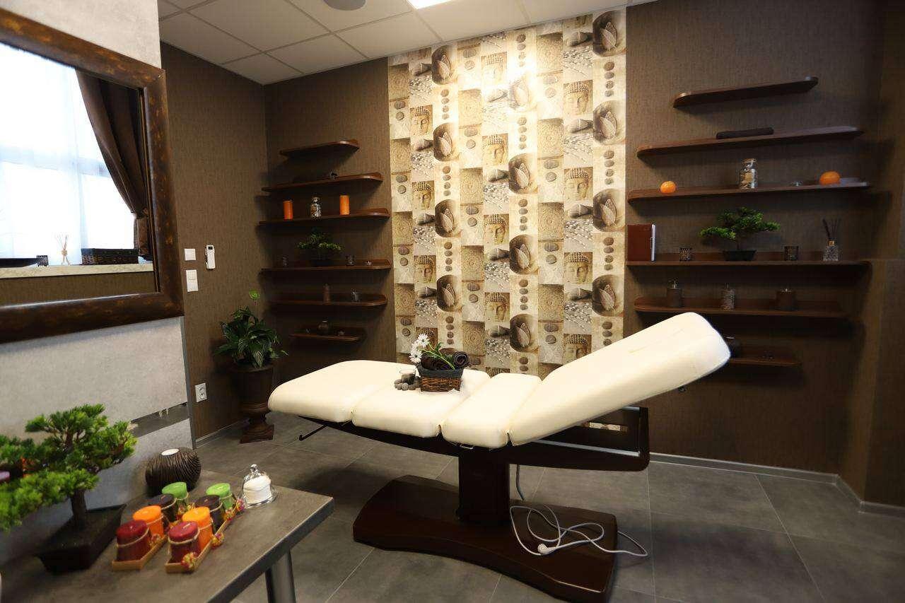 Klasická, relaxačná, reflexná masáž alebo masáž lávovými ka...