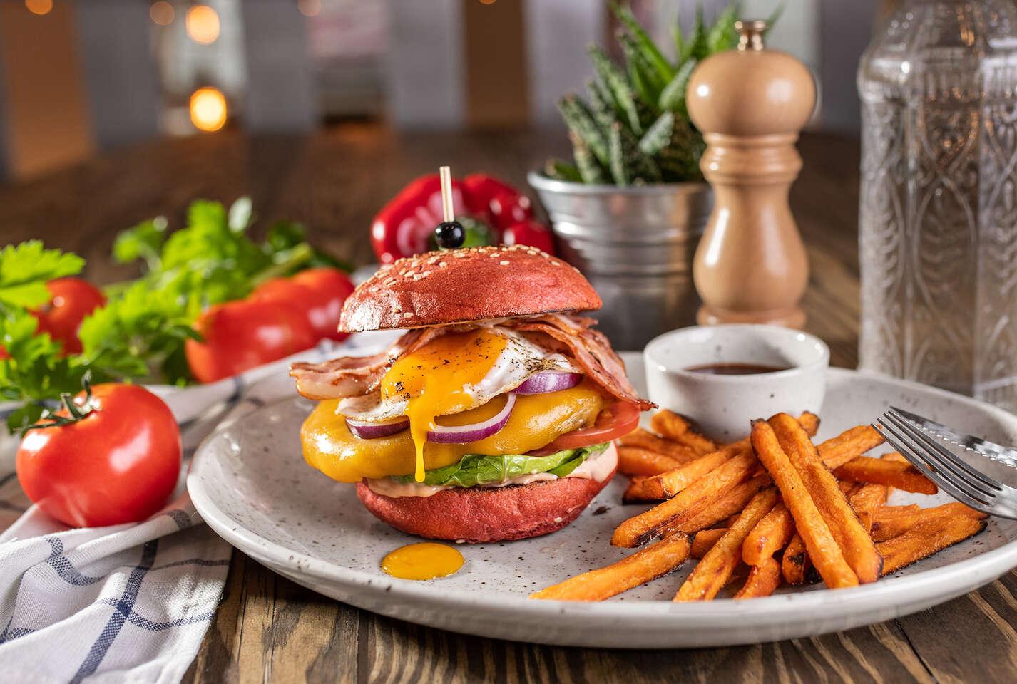 Red burger s batatovými hranolkami a nápojom so sebou