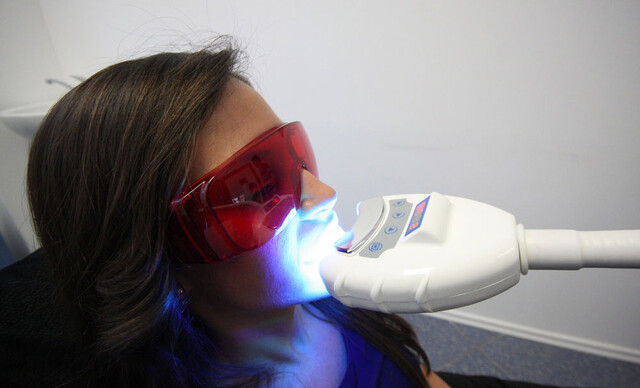 Bezpečné laserové bielenie zubov s nulovým obsahom peroxidu.