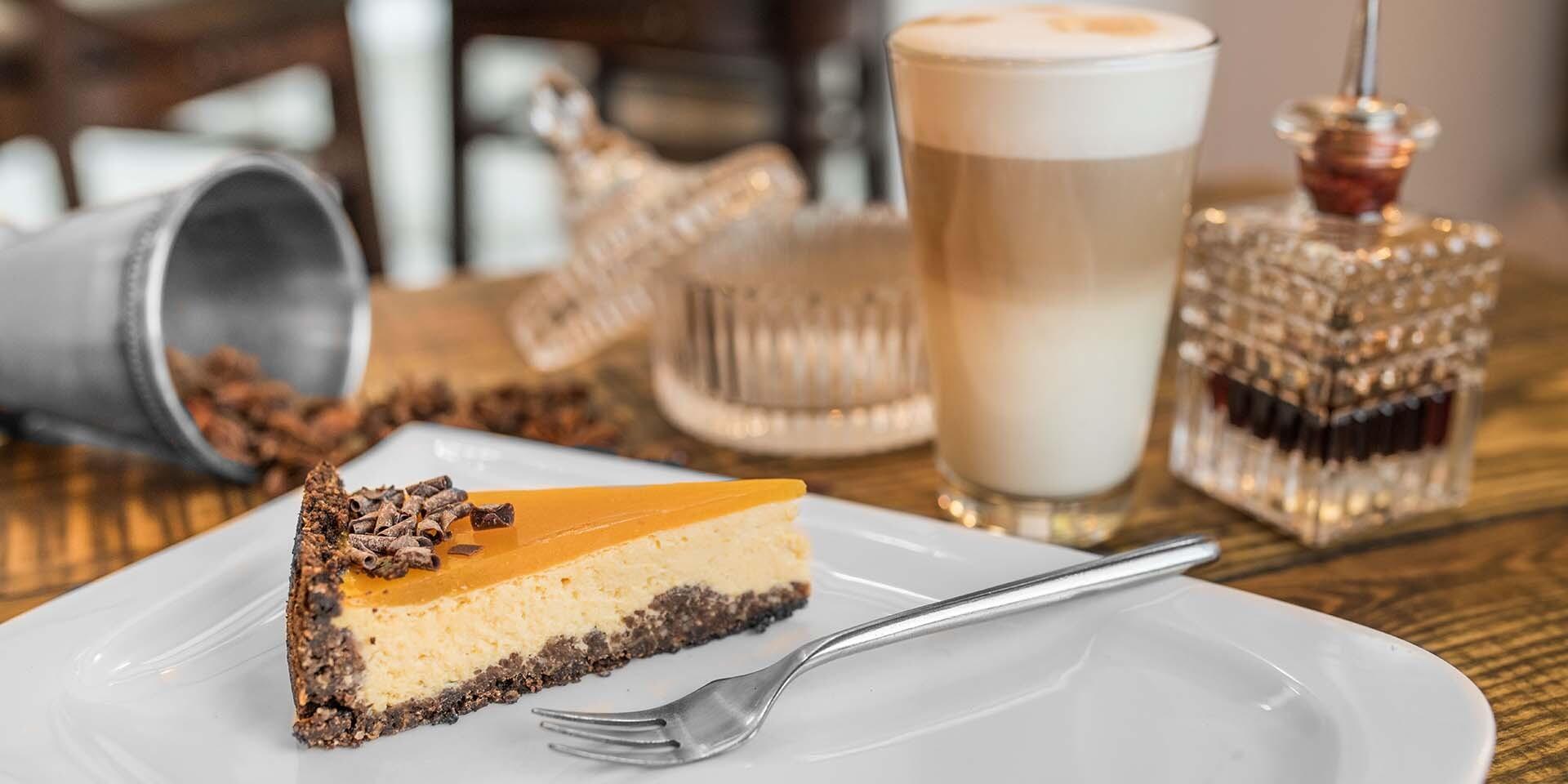 Cheesecake s kávičkou v útulnej reštaurácii Le Papillon v centre mesta