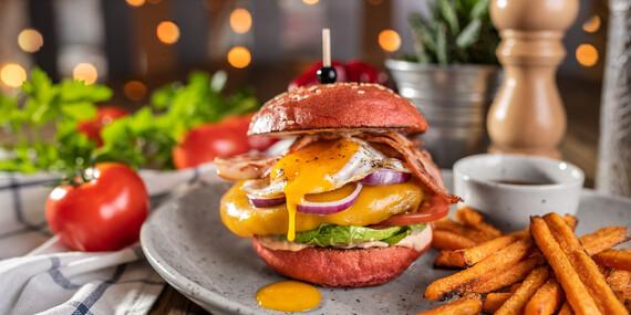 Red burger s batatovými hranolkami a nápojom/Bratislava – Staré Mesto