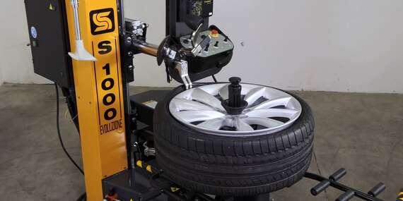 Šetrné prezutie bez rizika poškodenia pneumatiky na novom automate - robotickom stroji S1000 Evoluzione. Pracuje plne samostatne bez ľudského zásahu./Bratislava – Rača