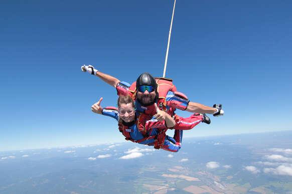 Tandemový zoskok z výšky až 3000 m n. m. nad Bojnicami