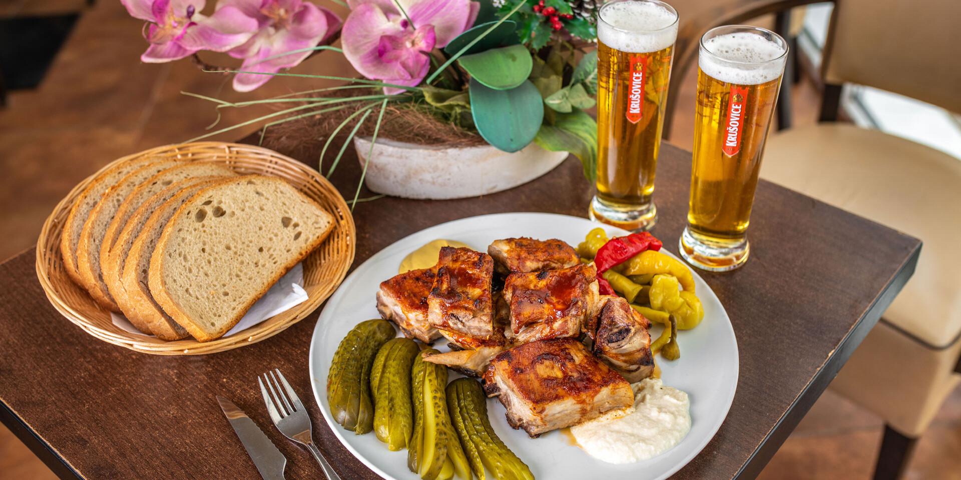 Grilované rebrá a dve malé pivá v Zlatej Lipe
