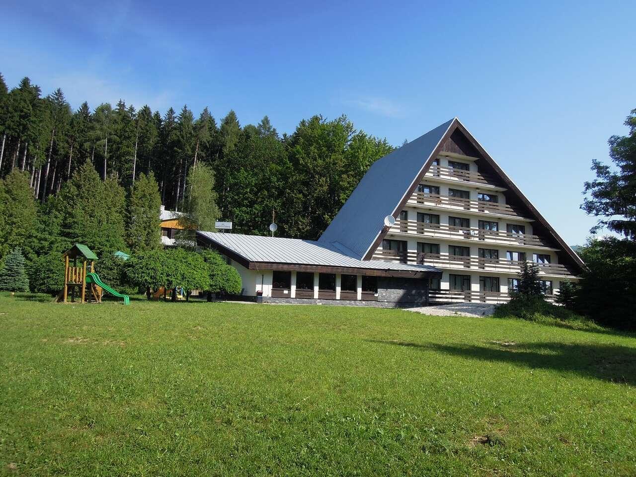 Dovolenka pri lese s ideálnou polohou na turistiku v hoteli Junior Piatrová** s polpenziou