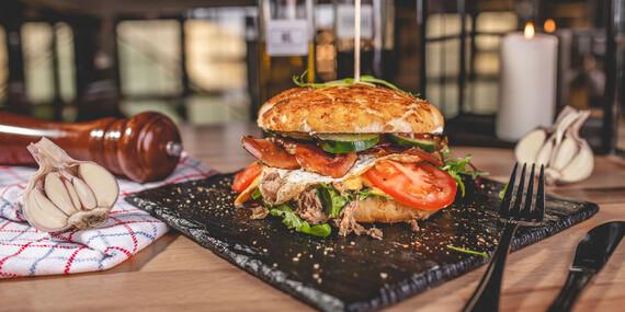Pražský burger z trhaného bravčového pečeného mäsa, len kúsok od Trnavského Mýta / Bratislava - Nové Mesto