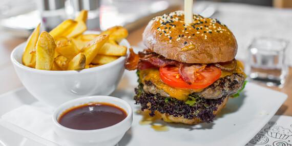 Hovädzí burger v domácej žemli so steakovými hranolkami v bistre na jednotku/Bratislava - Petržalka