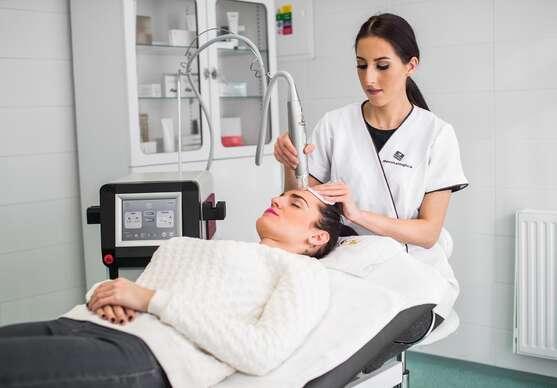 Medicínska frakčná mikroihličková rádiofrekvencia pre celkové omladenie, pozdvihnutie kontúr, liečbu akné, jazvičiek a strií.