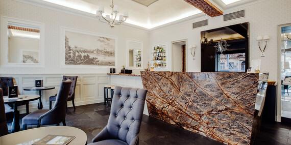 Skvěle umístěný moderní hotel Noir **** v centru Prahy se snídaní a kávou na recepci/Praha