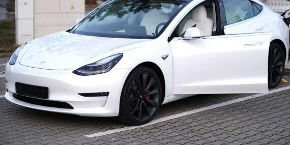 45 minut jízdy v elektromobilu Tesla model 3 na místě řidiče či spolujezdce/Praha, Brno, Ostrava, České Budějovice, Olomouc